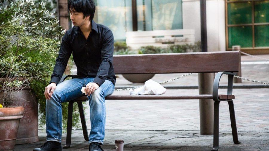 一人ベンチに腰掛ける男性