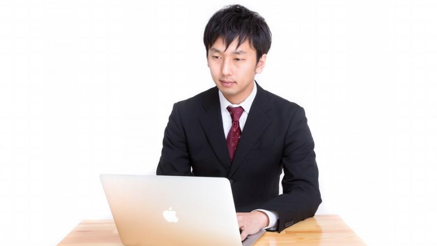 パソコンをする30代男性