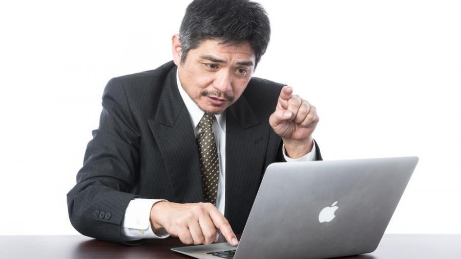 パソコンで作業する50代男性
