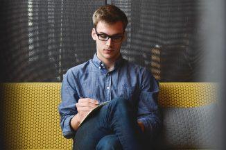 集中してパソコンをしている男