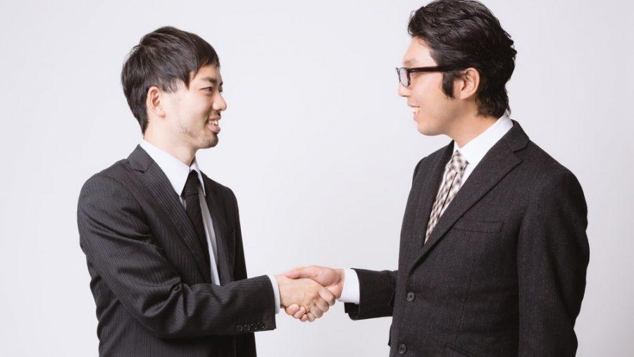 握手する男の人