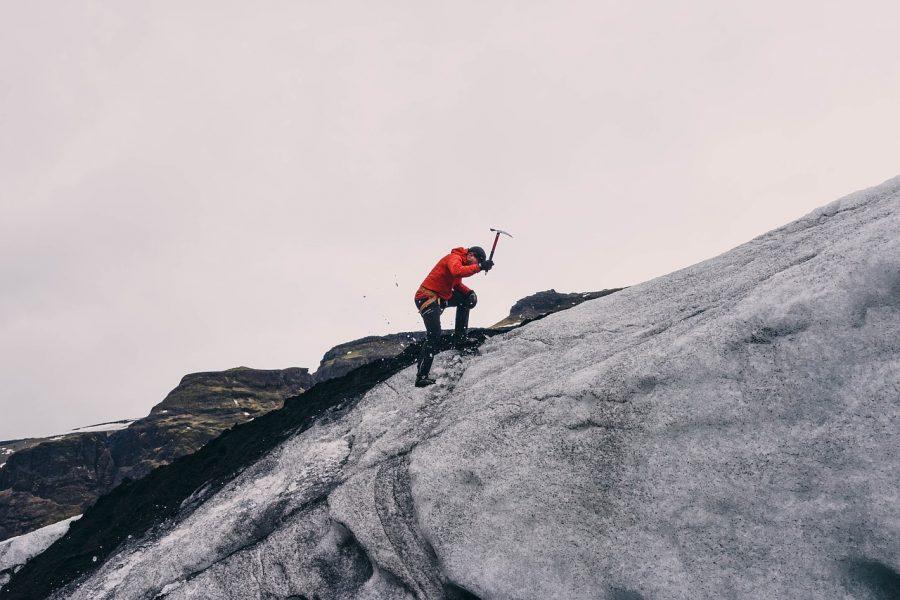 崖を登る人